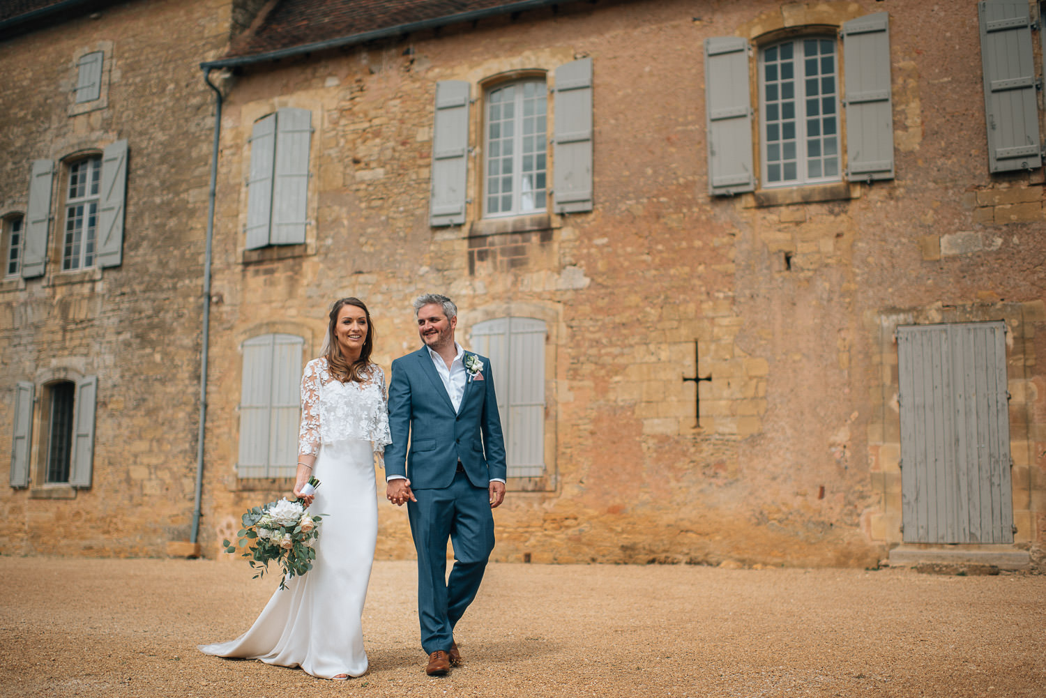Couples portraits with bride in Rime Arodaky wedding dress in chateau de la bourlie wedding by destination wedding photographer the shannons photography