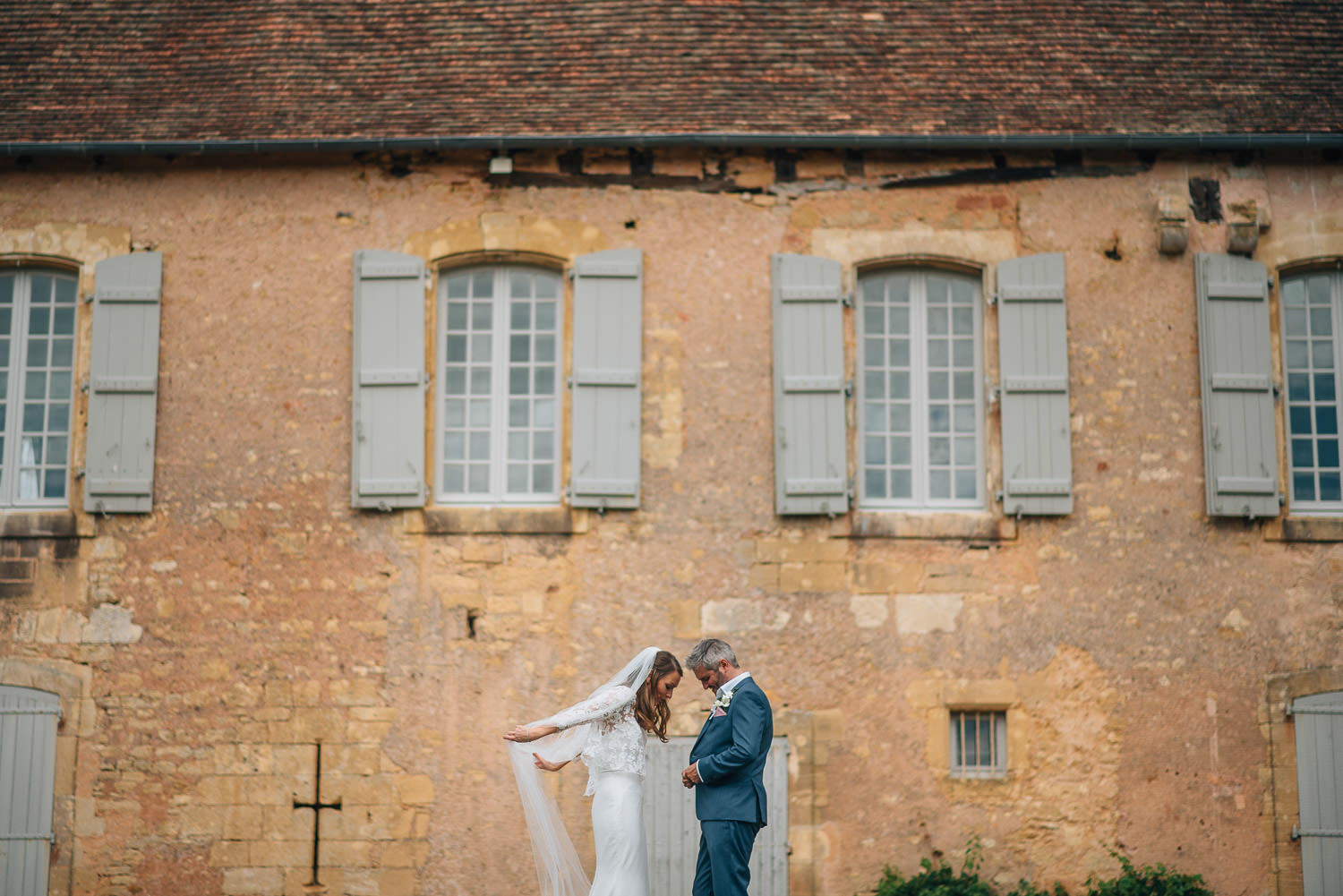 Bridal poses in chateau de la bourlie wedding by french destination wedding photographer the shannons photography