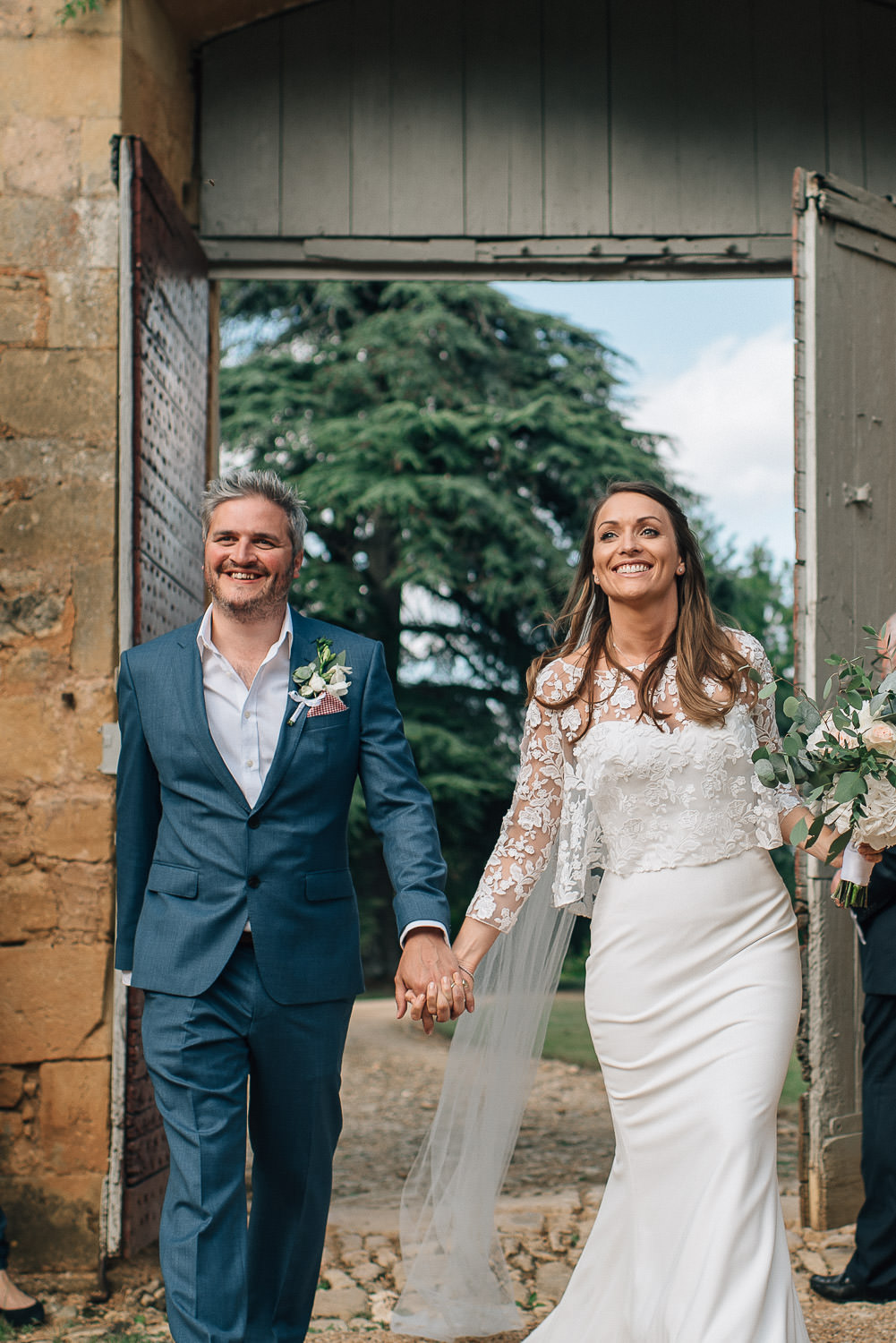 Arrival of bride and groom in chateau de la bourlie wedding by french destination wedding photographer the shannons photography
