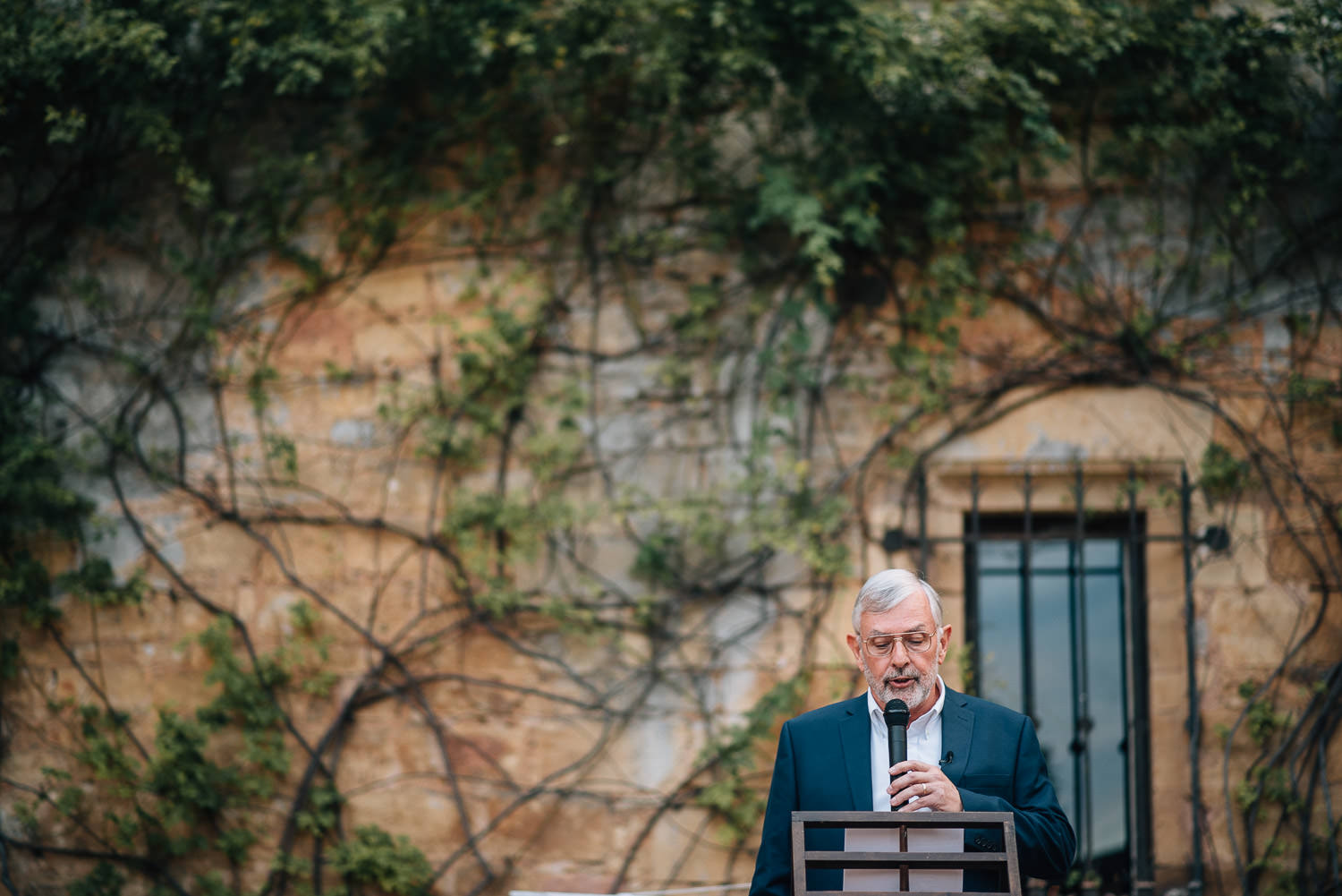 Father of the bride speech in chateau de la bourlie wedding by french destination wedding photographer the shannons photography