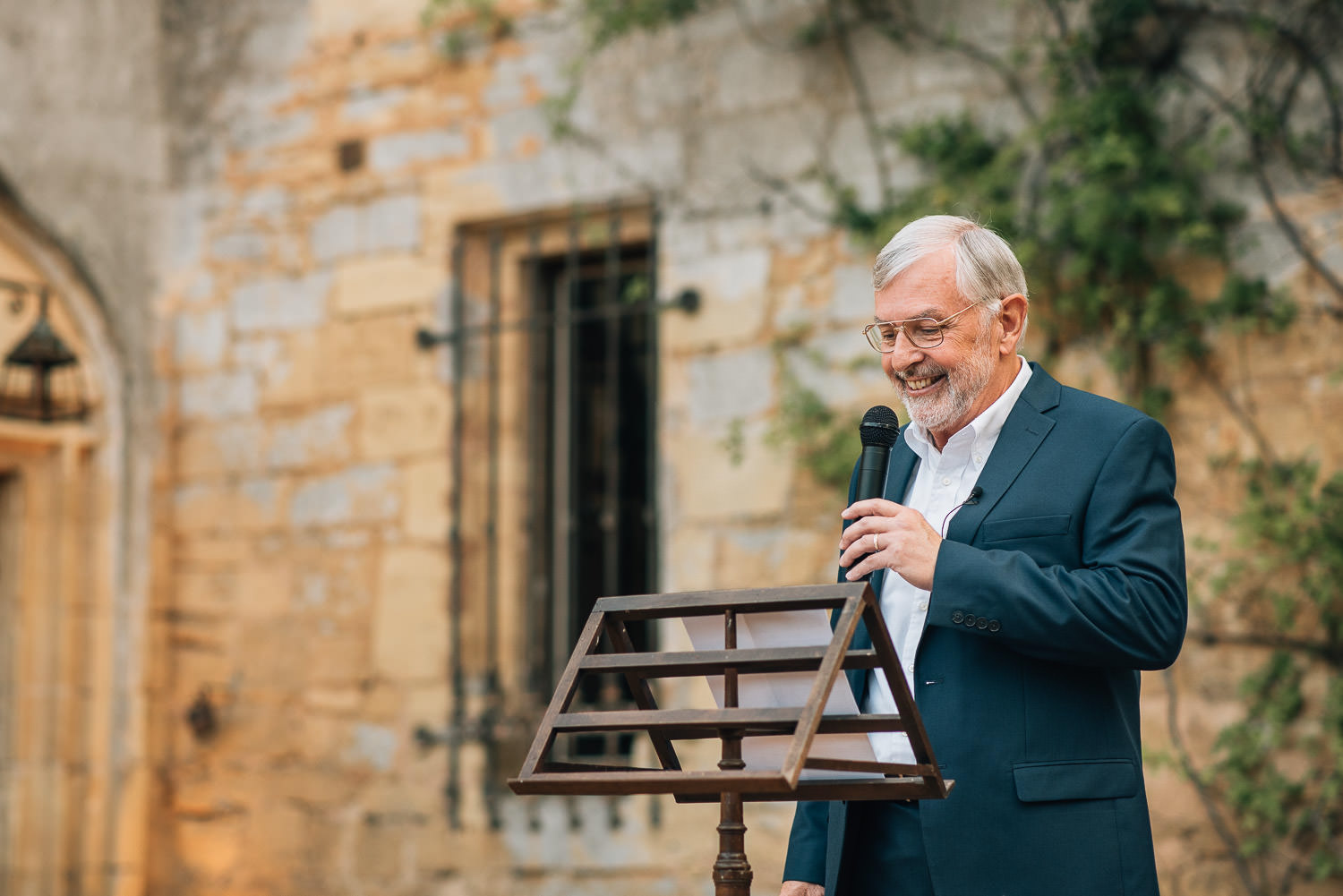 Funny father of the bride speech in chateau de la bourlie wedding by french destination wedding photographer the shannons photography