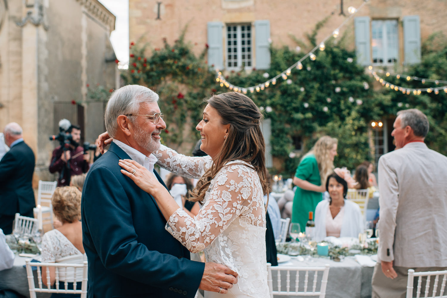 Father and daughter embrace in chateau de la bourlie wedding by french destination wedding photographer the shannons photography