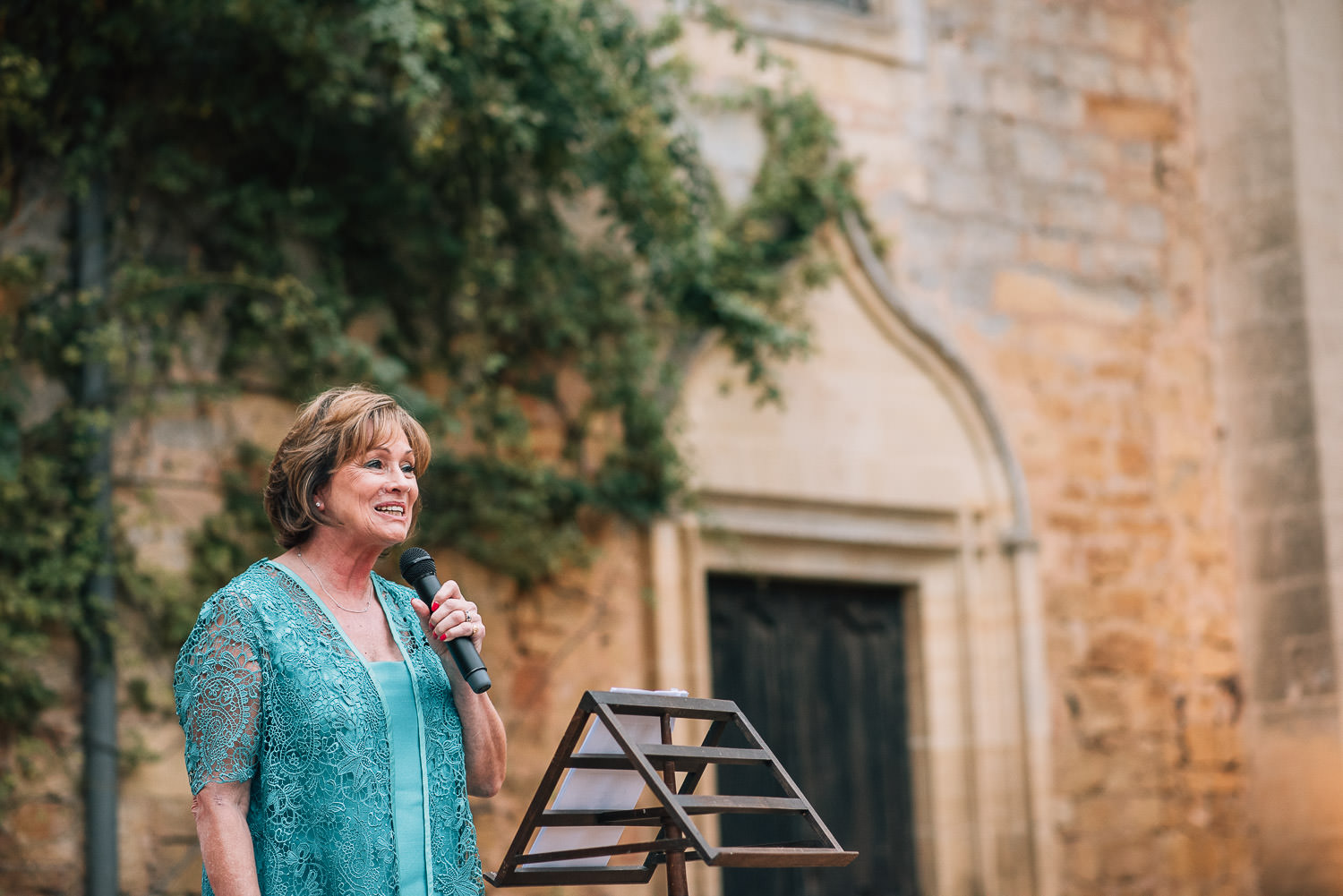 Mothers speech in chateau de la bourlie wedding by french destination wedding photographer the shannons photography