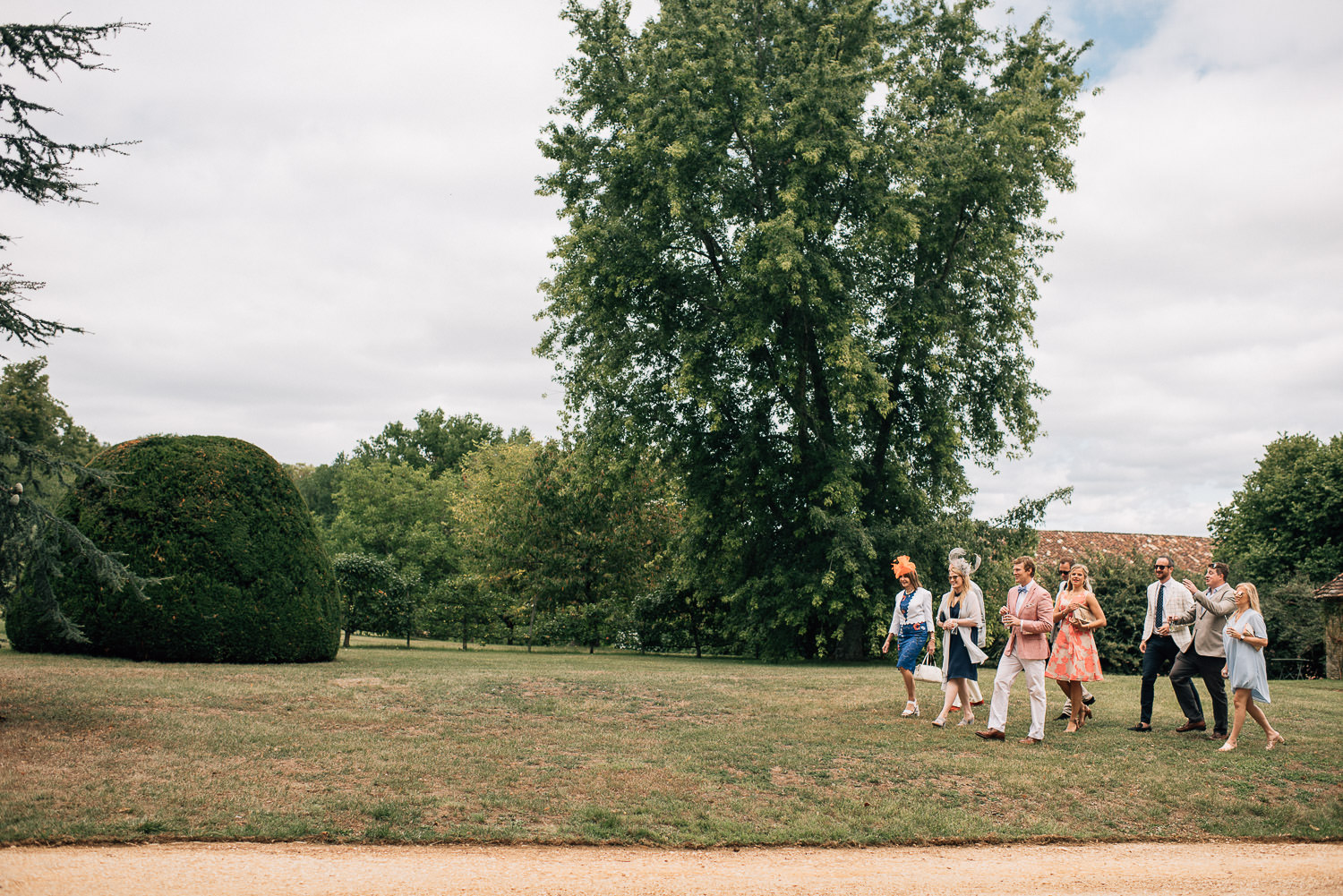 Guests arriving in chateau de la bourlie wedding by destination wedding photographer the shannons photography