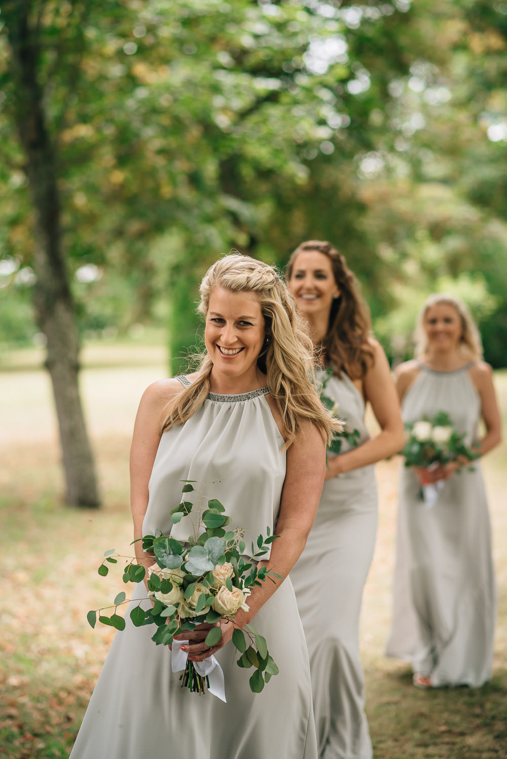 Bridesmaids arriving in chateau de la bourlie wedding by french destination wedding photographer the shannons photography