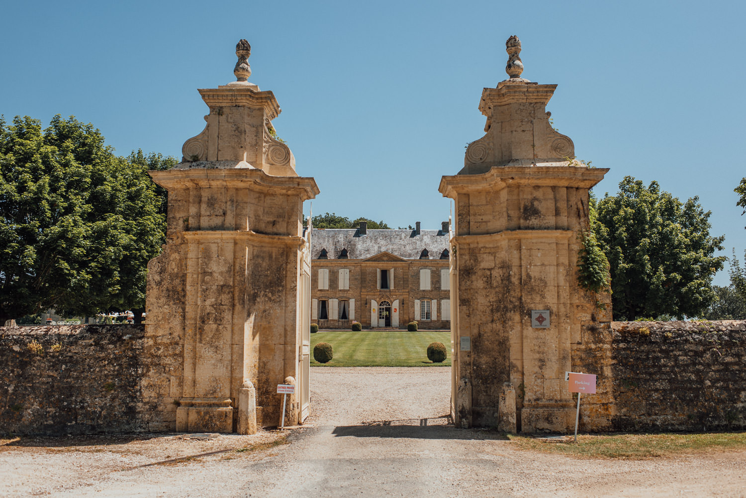 Chateau de Lacoste Wedding by french destination wedding photographer the shannons photography