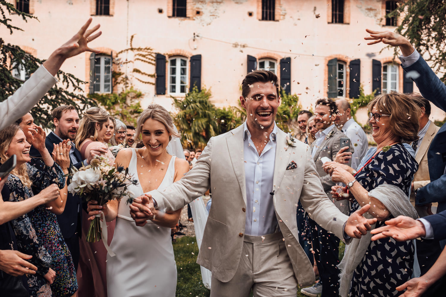 confetti throw in Domaine du Beyssac Wedding